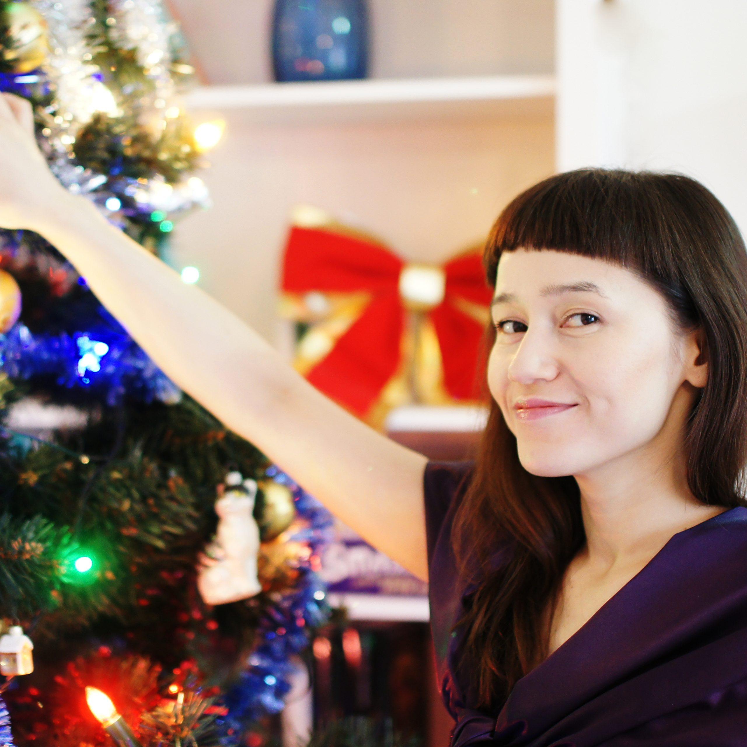 Mam propozycję nowej, świeckiej tradycji, któradotyczy świątecznej choinki. NaTrzech Króli zdejmujemy zchoinki dekoracje bożonarodzeniowe izakładamy czerwone serduszka iłańcuchy zezłotymi literami LOVE. Tym sposobem mamy choinkę walentynkową. Poświęcie zakochanych serduszka niechzastąpią pisanki, zajączki ikurczaczki – choinka wielkanocna będzie piękna ikolorowa. PoŚwiętach Wielkiej Nocy zawisną naniej żółte słoneczka zapowiadające nadchodzące lato iwakacje. Pierwsze jesienne słoty przywitają złoto-czerwone liście izabawki zkasztanów. Nim się obejrzymy znowu będzie czas naświęta, święta ipoświętach. Oto mójpomysł nacałoroczną choinkę. Jak tokażda okazja jest dobra, żeby... mieć wdomu drzewko.