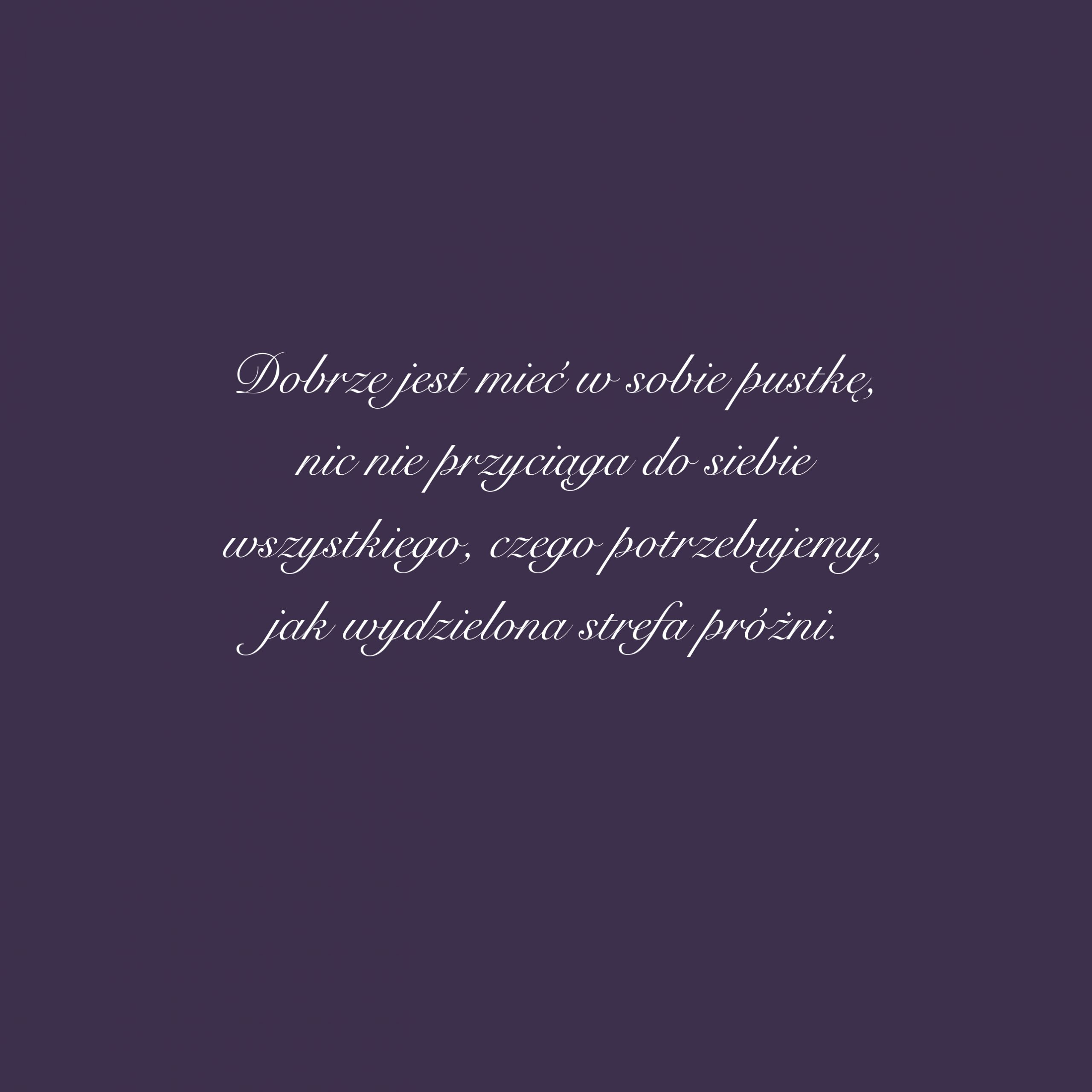 """[c.d.] Nostalgia refleksyjna, pozornie niegroźna, jeżeli zbyt bliska idealizowania przeszłości, może okazać się zgubna dla samego nostalgika, gdyżogranicza jego naturalny rozwój. Brak ruchu, stagnacja są dla świata iżycia nienaturalne. Jeżeli zjakiegoś powodu zapatrzeni wprzeszłość stoimy wmiejscu, aświat się zmienia, tomożemy być pewni, żezdarzy się coś, co nas wnajbardziej brutalny sposób dotych zmian przymusi. Ztego powodu dla niektórych ważny jest rozwój duchowy, dla innych – intelektualny, adla mnie osobiście – ruch ipraca są istotą zmian. Bycie jednym ztych Biegunów Olgi Tokarczuk, którzy""""zło oswajają ruchem"""", dzięki niemu pozostają wrównowadze iulegają ciągłemu rozwojowi. Potrafią porzucić to, co było iwygospodarować wsobie przestrzeń gotową naprzyjęcie każdej zmiany. Dobrze jest mieć wsobie pustkę, nic taknieprzyciąga dosiebie wszystkiego, czego potrzebujemy, jak wydzielona strefa próżni."""